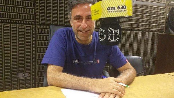 """La voz de """"El Rotativo del aire"""": Carlos Casal y el arte de leer el informativo radial"""