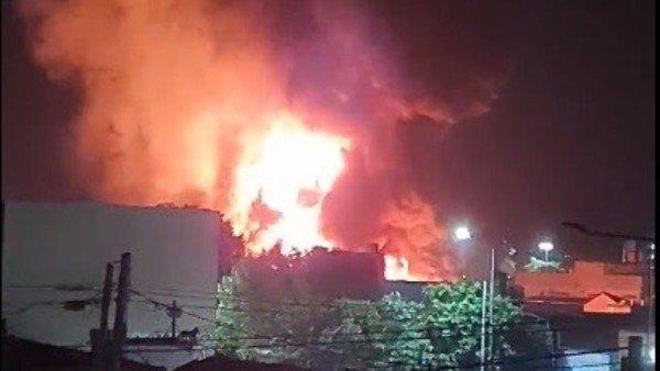 incendio-de-grandes-dimensiones-en-una-fabrica-de-colchones-de-la-plata